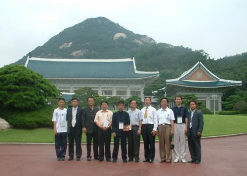 巨天中老师一行韩国总统府合影