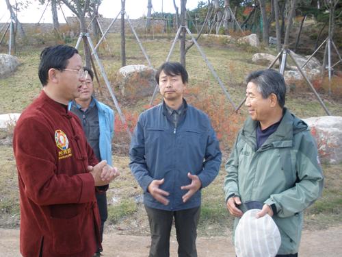 巨天中先生与卢武铉先生亲切交谈