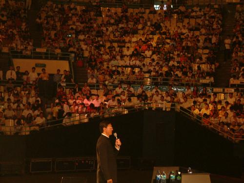 巨天中北京工人体育馆为近万人讲解易经智慧与成功